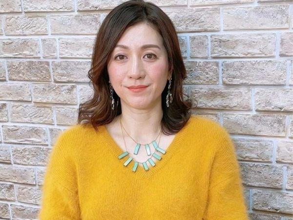 黄色いニットを着た野々村友紀子のインスタ画像
