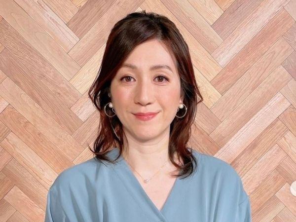 スモークブルーのワンピースを着た、野々村友紀子のインスタ画像。