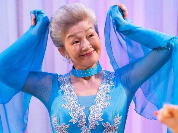 青いドレス姿の草村礼子