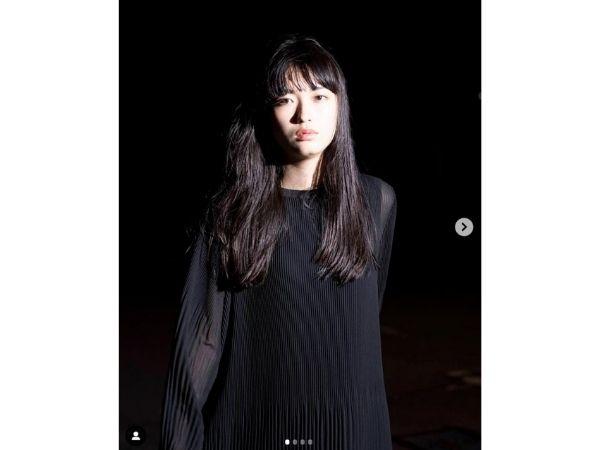 茅島みずきさんが黒い服をきている、カッコいい画像