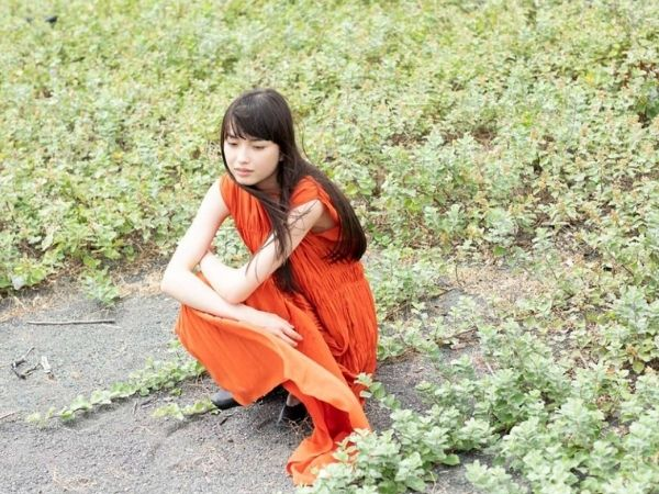 茅島みずきさんがオレンジ色のワンピースを着ているインスタ画像
