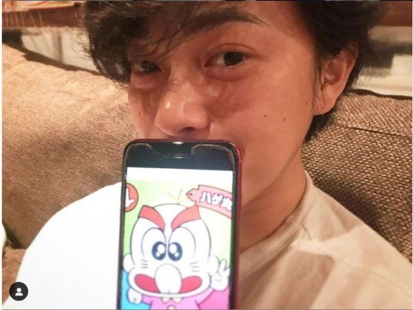 前田敦子の旦那さん、勝地涼が我が子にそっくりだというスマホの画像を見せている画像
