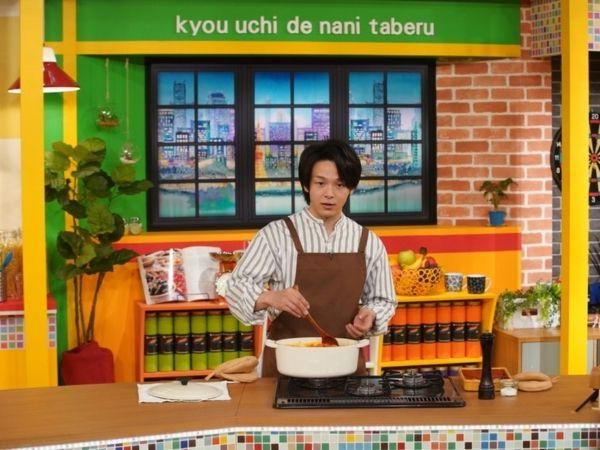 中村倫也がNHKの料理番組「今日、うちでなに食べる?」で料理中