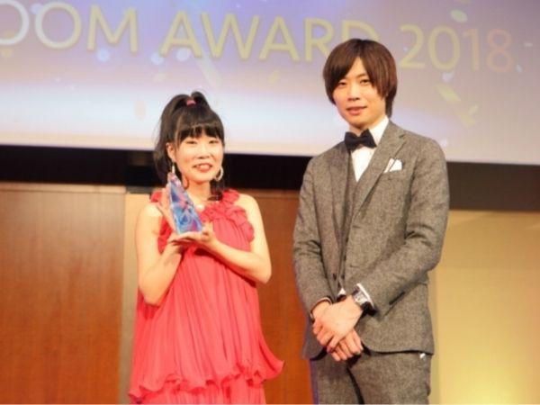 SHOWROOMの授賞式で、トロフィーを持つ東菜摘と前田社長
