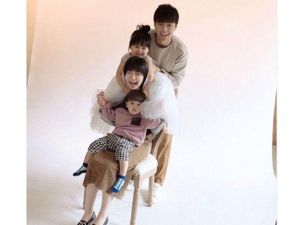 福原愛と江宏傑、二人の子供の記念写真